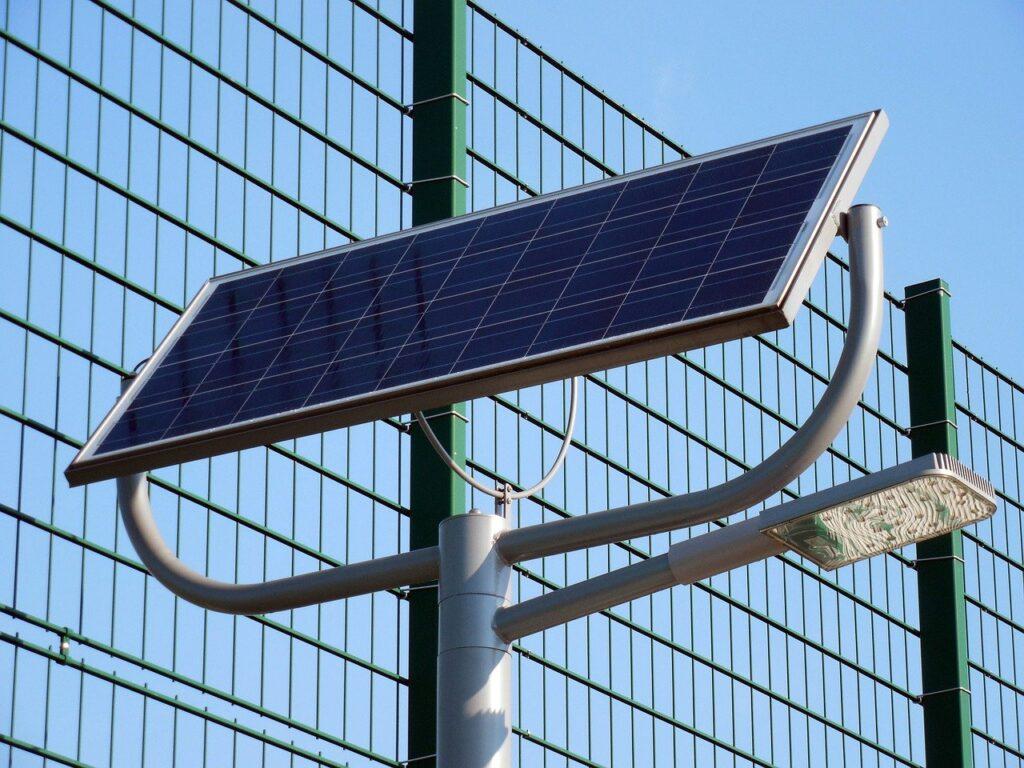 Panel solar fotovoltaico en una farola LED